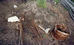 DIA42219 Voorbereiding voor de bouw rond metrostation Hoogvliet: restanten ijzerwerk voor de fundering; ca. 1972