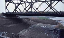 DIA42233 Spijkenisse; ; De bouw van de nieuwe Spijkenisserbrug, ca. 1977