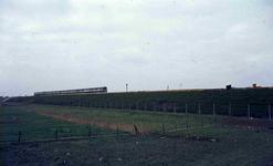 DIA42240 De metrolijn over een dijk; ca. 1980