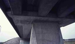 DIA42243 De onderzijde van het viaduct van de metrolijn; ca. 1985