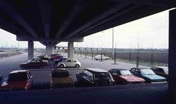 DIA42244 Parkeren onder de metrolijn; ca. 1975