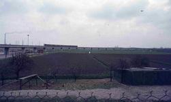 DIA42245 De metro nadert Hoogvliet; ca. 1975