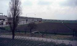 DIA42246 De metro nadert metrostation Hoogvliet; ca. 1985