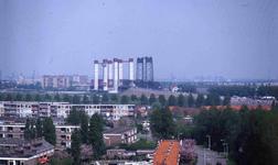 DIA42304 Spijkenisse; ; De oude en nieuwe Spijkenisserbrug, gezien vanaf de Winston Churchillaan, ca. 1980