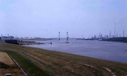 DIA42320 De Oude Maas met de Botlekbrug; ca. 1980
