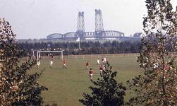 DIA42332 Spijkenisse; ; Voetballen op Sportpark Oostbroek, ca. 1980