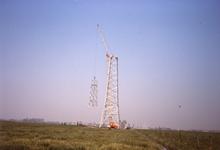 DIA68077 Bouw van hoogspanningsmast; 1973