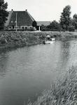 AB_HAASDIJK_002 Kanten maaien. Op de achtergrond de boerderij Biggestein; ca. 1985