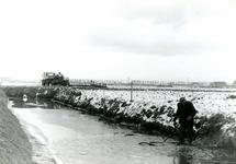 AB_HAASDIJK_028 Aanleggen van drainage in een akker langs de Haasdijk; ca. 1977