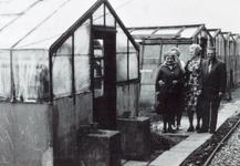 AB_HAASDIJK_031 Het tuindersbedrijf Iz. van den Hoonaard (rechts) en Jaapje Noordermeer (dame ernaast); ca. 1970