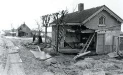 AB_WATERSNOODRAMP_024 Beschadigde woningen van de familie Van Marion (achtergrond) en de familie Herrewijnen ...