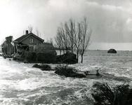 AB_WATERSNOODRAMP_030 Water stroomt door het gat in de Haasdijk; 2 februari 1953
