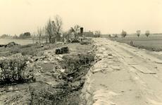 AB_WATERSNOODRAMP_031 De Haasdijk gezien richting noordoosten. Twee bedrijfjes geruïneerd na doorbraak binnendijk. Gat ...
