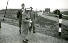 BR_BRIELSEMAASPAD_001 Brielle; Opening van het fietspad langs het Brielse Meer door mw. A. de Ruyter - De Zeeuw, ca. 1960