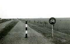 BR_BRIELSEMAASPAD_003 Brielle; Het fietspad langs het Brielse Meer, ca. 1960