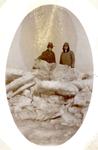 BR_BRIELSEMAAS_003 Brielle; C. Blind en Maartje Blind op de dichtgevroren Brielse Maas, 1928