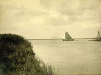BR_BRIELSEMAAS_005 Zeilscheepje op de Brielse Maas; ca. 1930