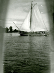 BR_BRIELSEMAAS_006 Brielle; Zeilscheepje op de Brielse Maas, ca. 1930