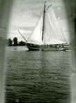 BR_BRIELSEMAAS_006 Zeilscheepje op de Brielse Maas; ca. 1930