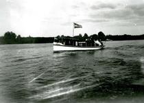 BR_BRIELSEMAAS_008 Brielle; Motorscheepje op de Brielse Maas, ca. 1930