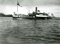 BR_BRIELSEMAAS_009 Schip met passagiers op de Brielse Maas; ca. 1930