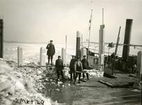 BR_BRIELSEMAAS_010 De aanlegplaats van de veerboot wordt ijsvrij gemaakt; 2 maart 1929