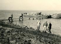 BR_BRIELSEMEER_106 Langs het Brielse Meer wordt tussen Brielle en Zwartewaal de oever verzwaard met een stenen glooiing; 1955