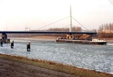 BR_BRUGGEN_HARMSENBRUG_002 Brielle; Een binnenvaartschip vaart over het Hartelkanaal onder de Harmsenbrug door, 1996
