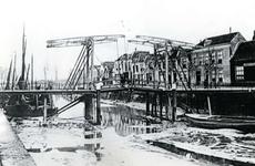 BR_BRUGGEN_JULIANABRUG_055 De Julianabrug over de Maarlandse Haven, die droog staat tijdens eb ; ca. 1910