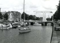 BR_BRUGGEN_JULIANABRUG_056 De Julianabrug en recreatieschepen; ca. 1980