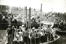 BR_BUITENHAVEN_056 De intocht van de Watergeuzen op de wedstrijddag om de haven van Brielle te promoten; 4 juni 1950