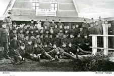 BR_DERIK_HUISTERUGGE_022 Gemobiliseerde militairen poseren voor het militair tehuis in Café 't Huis te Rugge, L.Th. ...