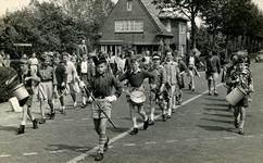 BR_GROENEKRUISWEG_026 Schoolmeester Ruskens met een groep kinderen met instrumenten wandelen vanaf de Pieter van der ...
