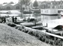 BR_MAARLANDNZ_259 Brielle; Kijkje op de scheepjes langs het Kostverloren met links de Sloepenloods, ca. 1975