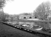 BR_MAARLANDNZ_260 Brielle; Kijkje op de scheepjes langs het Kostverloren met links de Sloepenloods, ca. 1980