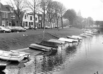 BR_MAARLANDNZ_261 Brielle; Kijkje op de scheepjes langs het Kostverloren, met op de achtergrond het Maarland ZZ, ca. 1990