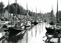 BR_MAARLANDNZ_274 Deelnemers aan de reünie van platbodems in de haven langs het Maarland; 30 juli 1993