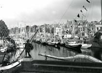 BR_MAARLANDNZ_275 Deelnemers aan de reünie van platbodems in de haven langs het Maarland; 30 juli 1993