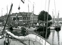 BR_MAARLANDNZ_276 Deelnemers aan de reünie van platbodems in de haven langs het Maarland; 30 juli 1993