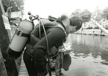 BR_MAARLANDNZ_307 Leden van een duikvereniging maakten de haven van het Maarland schoon; ca. 1985