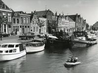 BR_MAARLANDNZ_325 Historisch panden langs het Maarland NZ, schepen Martina en Harm in de haven; mei 1966