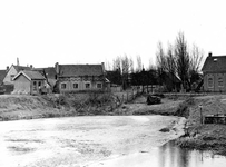 BR_MAARLANDZZ_135 Brielle; Kijkje op het Kostverloren en de telefooncentrale van de genie, ca. 1960