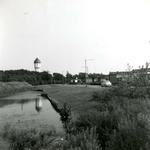 BR_MOOLENWATER_006 Brielle; Kijkje op de bungalows langs het Moolenwater. Op de achtergrond de watertoren, 14 juni 1965