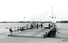 BR_OV_VEERBOTEN_036 De Kabelmotorveerpont no. 1, die een dienst tussen Brielle en Rozenburg onderhield; April 1970