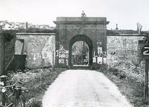 BR_POORTEN_KAAIPOORT_001 De Kaaipoort in de jaren dertig, met posters en met kalk besmeerd; ca. 1930