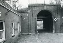 BR_POORTEN_KAAIPOORT_008 De Kaaipoort, vlak voor de restauratie, gezien vanaf de Kaaistraat. Met houten palen voor het ...