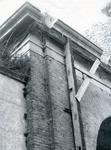 BR_POORTEN_KAAIPOORT_009 De Kaaipoort, vlak voor de restauratie. Met houten palen om een daklijst op zijn plek te ...