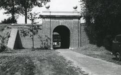 BR_POORTEN_KAAIPOORT_015 De Kaaipoort, na de restauratie, gezien vanaf het Egter van Wissekerkeplein; ca. 1972
