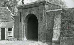 BR_POORTEN_KAAIPOORT_016 De Kaaipoort, na de restauratie, gezien vanaf de Kaaistraat; ca. 1972