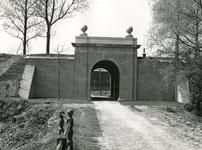 BR_POORTEN_KAAIPOORT_019 De Kaaipoort, na de restauratie, gezien vanaf het Egter van Wissekerkeplein; 1 mei 1972